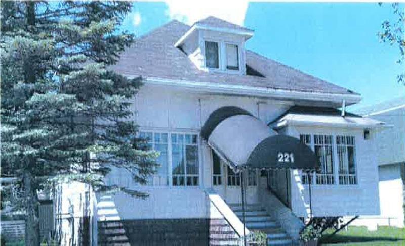 <p>Le bungalow est l&#39;un des styles de maison le plus courant de ce mouvement. Cette maison est situ&eacute;e au 221 Principale.&nbsp;<br /><br />Source:&nbsp;Marie-Jos&eacute;e Pomerleau (1917)</p>