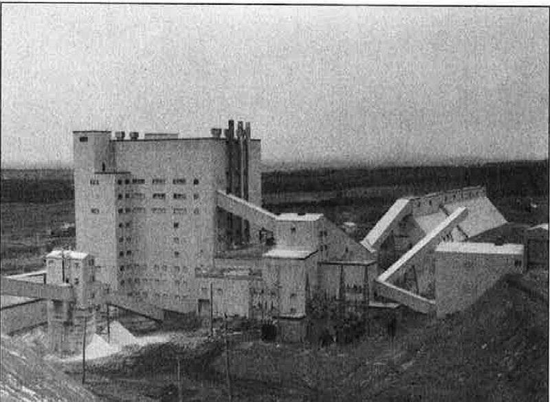 <p>La plus importante entreprise de Tring-Jonction a &eacute;t&eacute; sans contredit Les Mines Carey Canada Inc.<br /><br />Le gisement d&#39;amiante est d&eacute;couvert en 1952. Celui-ci r&eacute;v&egrave;le qu&#39;il contient de la fibre d&#39;amiante chrysotile en quantit&eacute; et qualit&eacute; suffisante justifiant la construction d&#39;une usine de traitement qui s&#39;&eacute;tend de 1955 &agrave; 1958. L&#39;ann&eacute;e 1959 marque le d&eacute;but des op&eacute;rations, et ce, jusqu&#39;&agrave; la fin de l&#39;ann&eacute;e 1979. Environ 525 employ&eacute;s sont &agrave; l&#39;oeuvre et il se b&acirc;tit de 25 &agrave; 30 maisons &agrave; Tring. Le moulin est ouvert six jours/semaines : de minuit le dimanche soir au samedi minuit. Apr&egrave;s plusieurs d&eacute;m&ecirc;l&eacute;s avec les employ&eacute;s syndiqu&eacute;s et aussi avec des producteurs de sirop d&#39;&eacute;rable, &eacute;galement des poursuites judiciaires aux &Eacute;tats-Unis, la compagnie cesse d&eacute;finitivement ses op&eacute;rations le 25 avril 1986.<br /><br />Source:&nbsp;Fonds Carey Canada (1951)</p>