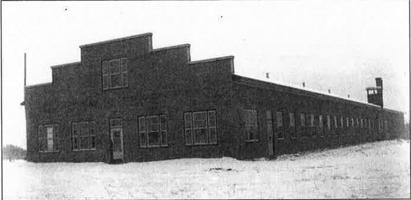 <p>Construite vers la fin des ann&eacute;es 30 par Napol&eacute;on-Martin Lagueux. Faillite en 1940 apr&egrave;s les insucc&egrave;s d&#39;une industrie de bo&icirc;tes de carton et d&#39;une biscuiterie. Achet&eacute;e par la compagnie V. Dionne et Fils de St-Georges, elle emploie 8 ouvriers &agrave; la fabrication de bo&icirc;tes &agrave; fromage. En 1943, on ajoute la fabrication de bois ou veneer. Le personnel est alors mixte et d&#39;environ 100 employ&eacute;s. La Placo ferme d&eacute;finitivement ses portes en 1967 &agrave; la suite d&#39;une faillite.<br /><br />Source:&nbsp;Fonds Christian Jacques (1938)</p>