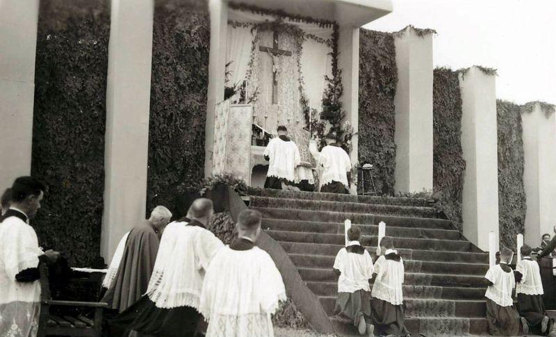 <p>Messe du 200e anniversaire de Saint-Joseph, &agrave; l&rsquo;emplacement de la 1&egrave;re chapelle, construite en 1738.<br /><br />Source: Fonds Suzanne Poulin,Collection du Mus&eacute;e Marius-Barbeau (1&egrave;re moiti&eacute; du 20&egrave;me si&egrave;cle, 1938)<br />&nbsp;</p>