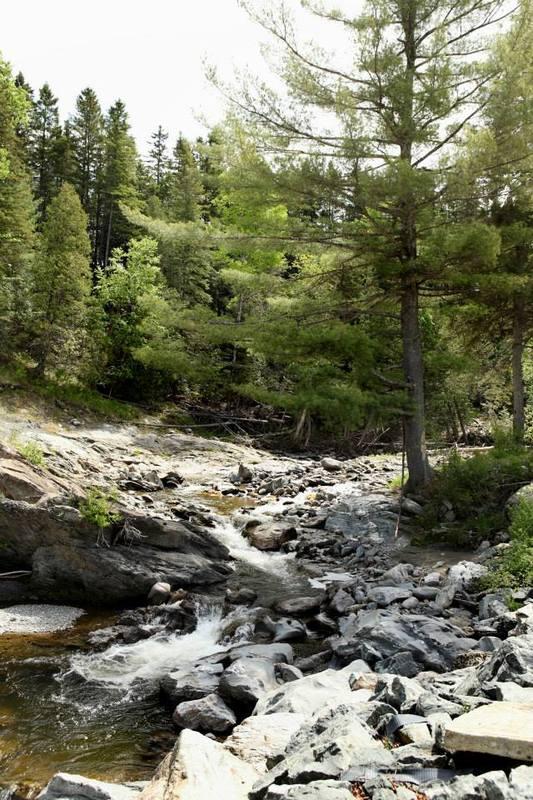 <p>De magnifiques paysages vous sont offerts sur le site.&nbsp; Un endroit agr&eacute;able &agrave; visiter pour se reposer et passer du temps dans la nature.<br /><br />Source: Page Facebook du Camping</p>