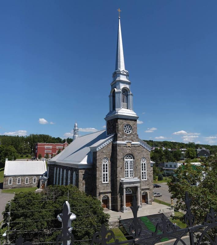 <p>La premi&egrave;re chapelle-&eacute;glise de la paroisse a &eacute;t&eacute; construite en 1738, sur la rive ouest, &agrave; c&ocirc;t&eacute; du manoir seigneurial. Situ&eacute;e en zone inondable et subissant les assauts r&eacute;p&eacute;t&eacute;s de la Chaudi&egrave;re, l&rsquo;&eacute;glise tombe rapidement en ruine.<br /><br />Source:&nbsp;Denis Larocque</p>