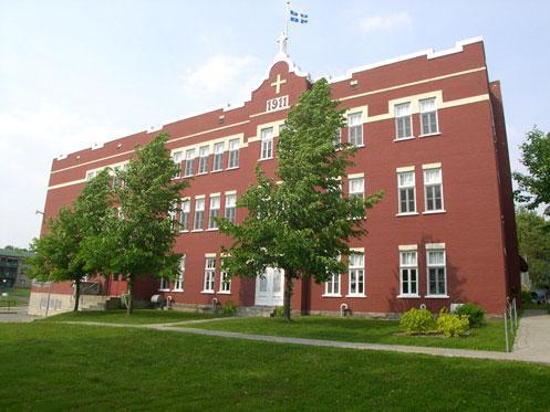 <p>Le coll&egrave;ge de Saint-Joseph est construit en 1911. Il s&rsquo;agit &agrave; l&#39;&eacute;poque de la partie droite du b&acirc;timent actuel. C&rsquo;est l&rsquo;architecte Laurenzo Auger qui a dress&eacute; les plans et Joseph Lini&egrave;re Vachon menuisier-entrepreneur de Saint-Joseph qui les a r&eacute;alis&eacute;s.</p>