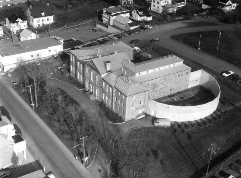 <p>Palais de justice-prison en 1983<br /><br />Source:&nbsp;Soci&eacute;t&eacute; du patrimoine des beaucerons</p>