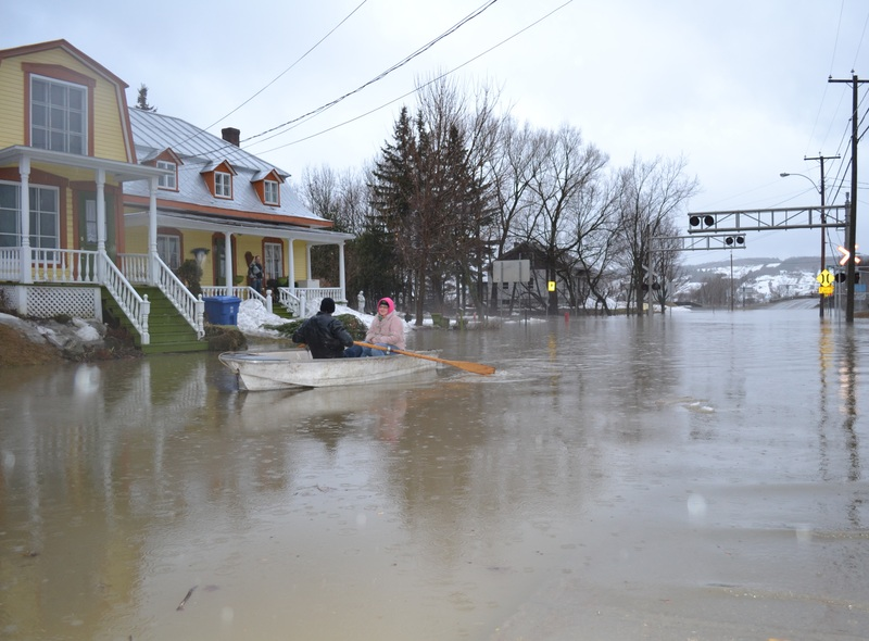<p>Pour les citoyens de la rue Martel, l&#39;utilisation de la chaloupe est le moyen de transport ad&eacute;quat en cette inondation majeure.<br /><br />Source:&nbsp;Ville Saint-Joseph-de-Beauce</p>