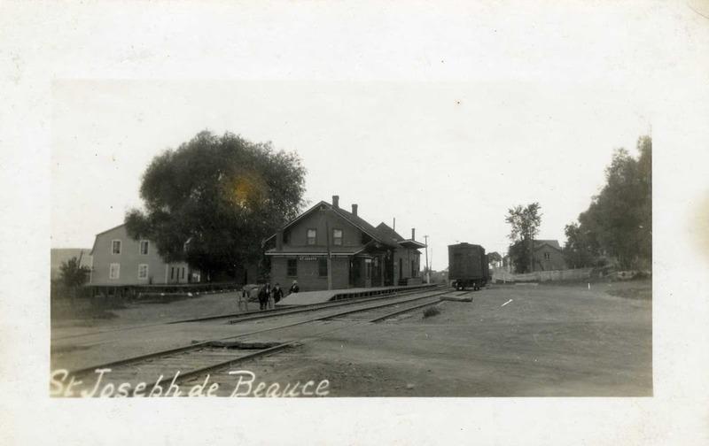 <p>Voisin de la halte Desjardins, on trouvait jadis &agrave; cet endroit la gare ferroviaire, aujourd&#39;hui d&eacute;truite. Une piste cyclable remplacera bient&ocirc;t la voie ferroviaire et permettra de traverser la Beauce &agrave; v&eacute;lo.<br /><br />Source:&nbsp;Soci&eacute;t&eacute; du patrimoine des beaucerons</p>