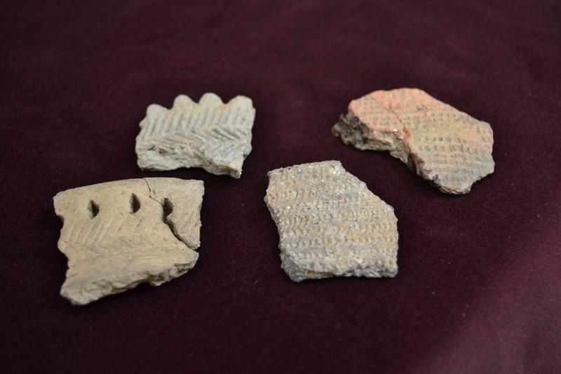 Ces fragments de vases amérindiens servaient autrefois de chaudron pour cuire les aliments. On y faisait cuire du poisson, du maïs, de petits fruits, etc...