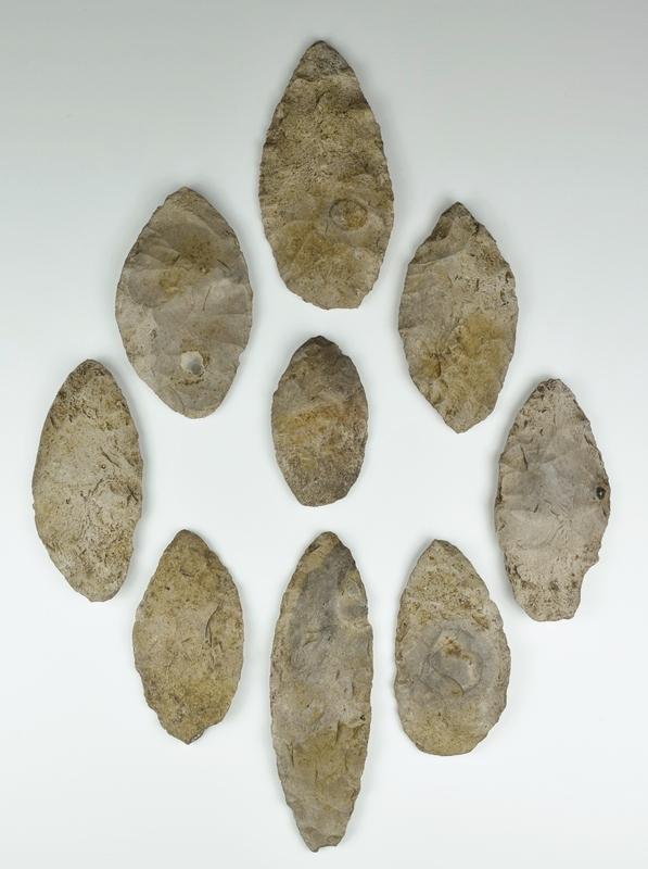 Ces neuf couteaux faits de pierres taillées ont été retrouvés ensemble près d'ici. On peut penser que quelqu'un les a oublié, possiblement un amérindien qui n'est jamais revenu les chercher.