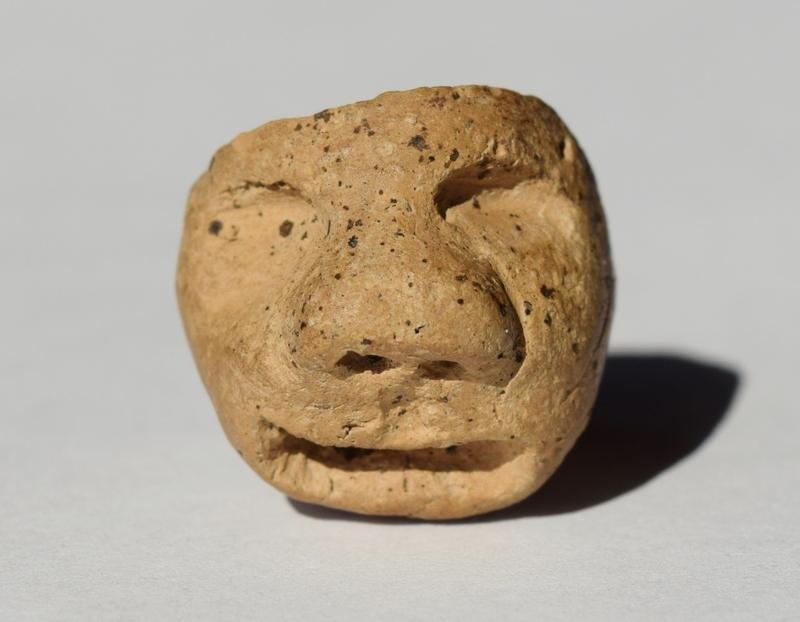 Cette tête d'argile ornait autrefois une pipe amérindienne servant à fumer le tabac. Les spécialises ne s'entendent pas sur ce qu'elle représente. Humain? ours? tortue?... Et vous, qu'en dites-vous?