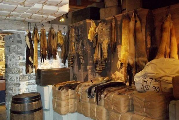 À l'époque, la traite des fourrures est une activité très lucrative. Avec sa position à proximité du fleuve et sa palissade, La Prairie offre des conditions qui facilite la traite des fourrures.