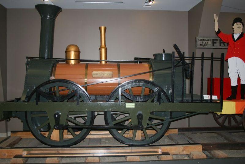 La première locomotive s'appelait la Dorchester. Elle avait 13 pieds de long. Elle avait quatre roues de locomotion situées au centre, ce qui l'empêchait de prendre des courbes.