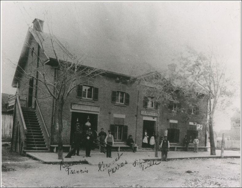 Cet édifice était jadis une caserne des pompiers etpossédait deux grandes portes.