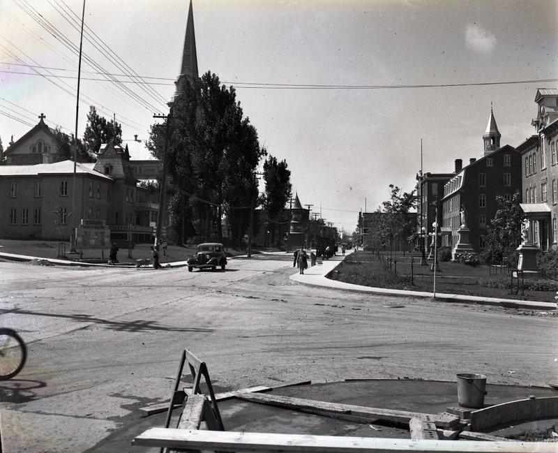 Coin des rues Saint-Alphonse et Notre-Dame vers 1940.<br /><br />Source: CART - Fonds Jacques Fug&egrave;re