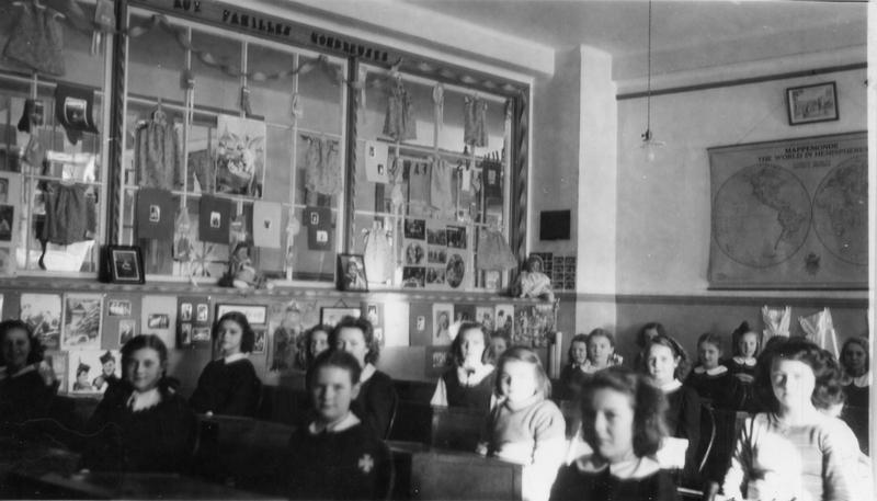 &Eacute;l&egrave;ves assises dans une classe du couvent Saint-Alphonse vers 1945-1950.<br /><br />Source: CART - Collection r&eacute;gionale