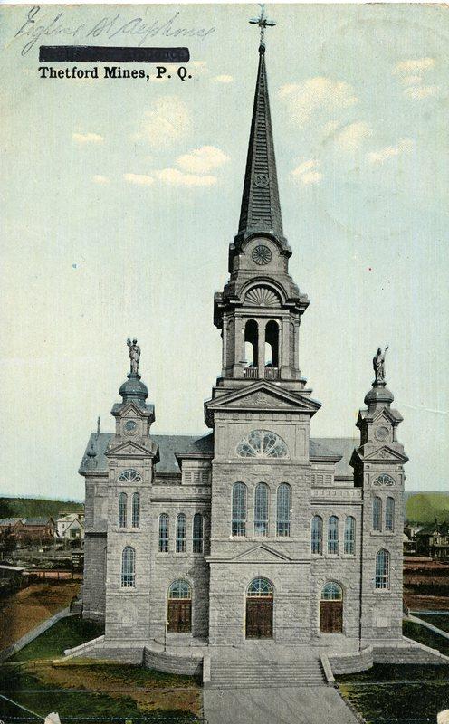 L&#39;&eacute;glise Saint-Alphonse, celle qu&#39;on peut voir encore de nos jours, a &eacute;t&eacute; construite en 1907 au co&ucirc;t de 107 000 $. Cette b&acirc;tisse en pierre de granit, de style n&eacute;o-roman-baroque, a &eacute;t&eacute; inaugur&eacute;e les 22 et 23 d&eacute;cembre 1908.<br /><br />Cette &eacute;glise en remplace une autre qui &eacute;tait situ&eacute;e au m&ecirc;me endroit, construite au co&ucirc;t de&nbsp;27 500 $ - incluant le syst&egrave;me de chauffage -&nbsp;et qui a &eacute;t&eacute; d&eacute;truite par le feu le 19 f&eacute;vrier 1906.<br /><br />Source: CART - Collection r&eacute;gionale