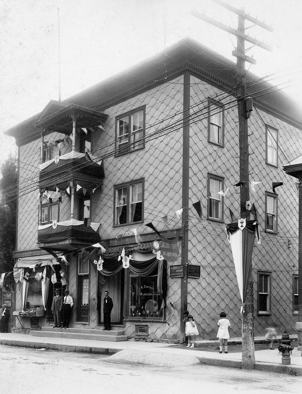 Bijouterie J.A. Couture dans les ann&eacute;es 1930. Elle &eacute;tait&nbsp;situ&eacute;e dans la maison Gagnon.<br /><br />Source: CART - Fonds Laval Couture