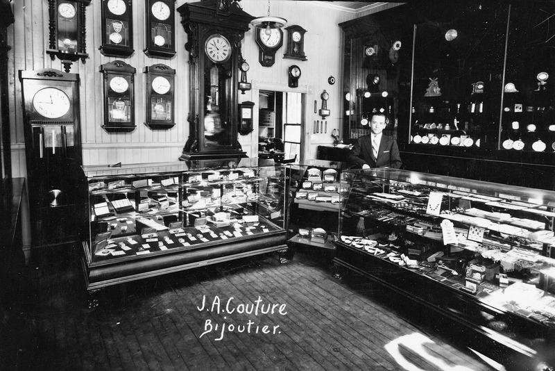 Int&eacute;rieur de la bijouterie J.A. Couture en 1929.<br /><br />Source: CART - Fonds Laval Couture