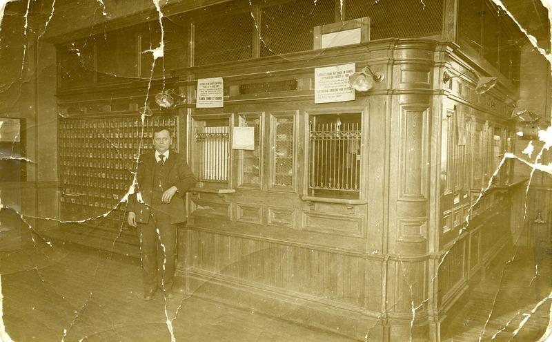 Int&eacute;rieur du premier bureau de poste en 1912. Le ma&icirc;tre de poste &eacute;tait Jos Rousseau.<br /><br />Source: CART - Fonds Galerie de nos anc&ecirc;tres de l&#39;or blanc