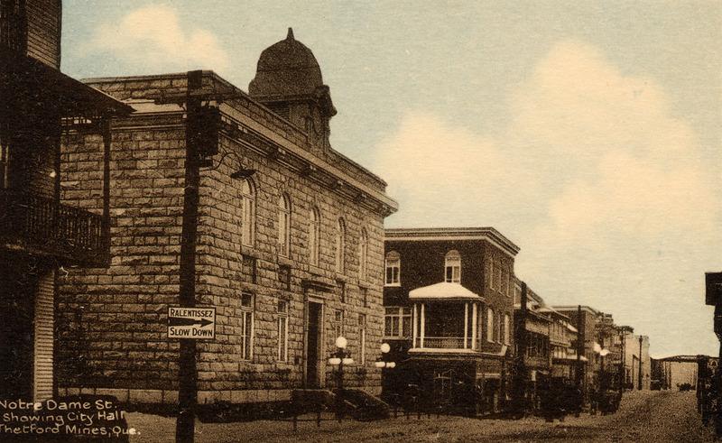 H&ocirc;tel de ville de Thetford Mines construit en 1925. La photo date d&#39;avant 1929.<br /><br />Source: CART - Fonds Les C&eacute;l&eacute;brations du centenaire de Thetford Mines 1992