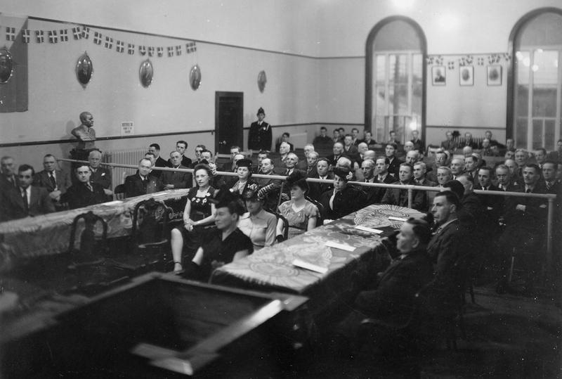 Int&eacute;rieur de la salle du conseil de ville lors de la c&eacute;r&eacute;monie d&#39;assermentation des nouveaux &eacute;lus de Thetford Mines le 19 mai 1947.<br /><br />Source: CART - Collection r&eacute;gionale