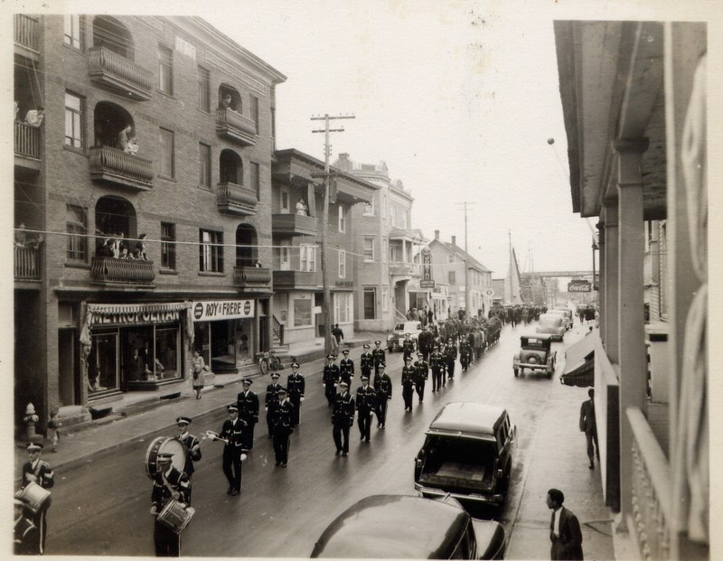 Around 1950, on the site where the Pioneer Place is currently located, there where two buildings housing shops and residential dwellings.<br /><br />Picture source: Collection Fran&ccedil;ois Gamache