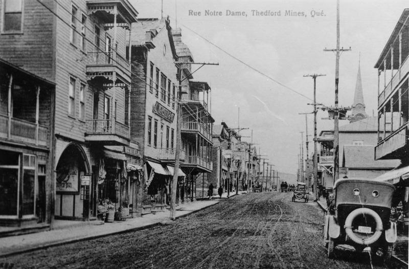 Rue Notre-Dame en 1916. La majeure partie de la rue ne sera pav&eacute;e d&#39;asphalte qu&#39;au d&eacute;but des ann&eacute;es 1920.<br /><br />Source: CART - Fonds Galerie de nos anc&ecirc;tres de l&#39;or blanc