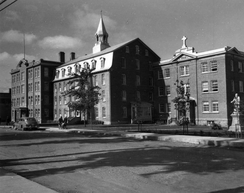 Le couvent Saint-Alphonse en 1949. &Agrave; gauche, l&#39;agrandissement et &agrave; droite, l&#39;externat.<br /><br />Source: CART - Fonds Les C&eacute;l&eacute;brations du centenaire de Thetford Mines 1992