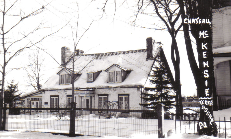 <p>La maison Jacob Oldham est une des plus anciennes du Vieux-Terrebonne, construite vers 1805. Pendant quelques ann&eacute;es, elle sert comme magasin ou entrep&ocirc;t de la Compagnie du Nord-Ouest, compagnie de Jacob Oldham et de membres de la famille Mackenzie.<br /><br />En 1805, Jacob Oldham vend sa terre au ma&ccedil;on Joseph Aug&eacute;, sous forme d&rsquo;un troc. En &eacute;change de sa terre, Oldham exige que le ma&ccedil;on construise une maison selon des sp&eacute;cifications tr&egrave;s pr&eacute;cises. Elle doit porter les dimensions exactes du magasin, situ&eacute; alors &agrave; l&rsquo;emplacement du Coll&egrave;ge Saint-Sacrement, que poss&eacute;dait Pierre Aug&eacute;, fr&egrave;re de Joseph. La grandeur, la hauteur et la charpente devaient &ecirc;tre identiques. John Mackenzie, alors gendre de Jacob Oldham, h&eacute;rite de la maison &agrave; sa mort.<br /><br />Le bureau de poste de Terrebonne y prend place entre 1823 et 1881. Au XXe si&egrave;cle on y retrouve les locaux du Club de Terrebonne, puis le docteur Lacroix et maintenant le bureau du sexologue Alain Gari&eacute;py.<br /><br />Observez le grand &eacute;difice de l&rsquo;autre c&ocirc;t&eacute; de la rue, qui fait face &agrave; la maison Oldham.</p>