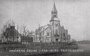 <p>Vous vous trouvez pr&eacute;sentement sur le site de l&#39;ancienne &eacute;glise de Terrebonne. Cette ancienne &eacute;glise faite en pierres est construite en 1734, afin de remplacer la premi&egrave;re chapelle de la mission &laquo; Les Bois &raquo;, inaugur&eacute;e par le cur&eacute; Louis Lepage de Sainte-Claire en 1723. C&rsquo;est &agrave; ce moment, que la vingtaine de familles demeurant dans la Seigneurie de &laquo; Terbonne &raquo; fondent la paroisse de Saint-Louis-de-Terrebonne, aujourd&rsquo;hui connue sous le nom de la paroisse Saint-Louis-de-France. D&#39;ailleurs, si vous regardez derri&egrave;re vous en direction de la c&ocirc;te, vous pourrez apercevoir le pignon de cette nouvelle &eacute;glise.<br /><br />&Agrave; l&rsquo;origine, l&rsquo;ancienne &eacute;glise poss&eacute;dait deux chapelles lat&eacute;rales formant une croix. Elle subit plusieurs modifications et agrandissements au fil du temps, particuli&egrave;rement en 1829, lorsque la superficie est &eacute;tendue de vingt-pieds pour se terminer en forme de demi-cercle. Plusieurs ornements sont alors rajout&eacute;s &agrave; la fa&ccedil;ade. En 1879, la nouvelle &eacute;glise Saint-Louis de France est inaugur&eacute;e en haut de la c&ocirc;te, rendant l&rsquo;ancienne &eacute;glise d&eacute;su&egrave;te. Cette derni&egrave;re fut d&eacute;molie l&rsquo;ann&eacute;e suivante.</p>