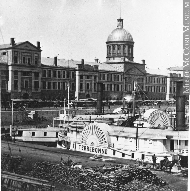 <p>BONNE R&Eacute;PONSE<br />4) Le bateau &agrave; vapeur.<br /><br />Avant l&rsquo;inauguration du chemin de fer Montr&eacute;al-Qu&eacute;bec, en 1879, le bateau &agrave; vapeur est l&rsquo;un des moyens de transport les mieux adapt&eacute;s pour les Terrebonniens, tant pour le transport des marchandises que celui des voyageurs. Les premiers &laquo; steamer &raquo; remontent la rivi&egrave;re des Mille &Icirc;les (alors appel&eacute; J&eacute;sus) d&egrave;s les ann&eacute;es 1820.<br /><br />En 1856, la Soci&eacute;t&eacute; de navigation de Terrebonne inaugure le bateau &agrave; vapeur &laquo; Terrebonne &raquo;, pesant 160 tonnes et faisant pr&egrave;s de quarante m&egrave;tres de longueur. Ce dernier assure la liaison quotidienne jusqu&rsquo;&agrave; Montr&eacute;al. Il dessert &eacute;galement les localit&eacute;s de Lachenaie, Saint-Paul-l&rsquo;Ermite, L&rsquo;Assomption, le Bout de l&rsquo;&Icirc;le, Varennes et Boucherville.<br /><br />Sa mise en fonction a grandement contribu&eacute; au d&eacute;veloppement du tourisme dans la r&eacute;gion de Terrebonne. Un de ses pilotes, le capitaine Louis-Hilarion Roy, &eacute;tait d&rsquo;ailleurs un Terrebonnien.</p>
