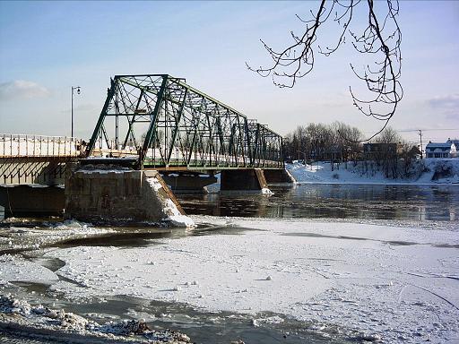 <p>BONNE R&Eacute;PONSE<br />1) La construction du pont de fer de la rue Chapleau.<br /><br />En 1906, le conseil municipal du maire Ernest-S. Mathieu entreprit la construction d&rsquo;un pont en fer. Pr&eacute;alablement, le pont construit&nbsp; &eacute;tait en bois, et donc r&eacute;guli&egrave;rement emport&eacute; par les glaces du printemps. Les reconstructions incessantes &eacute;taient p&eacute;nibles. Le tout nouveau pont de fer fut construit au m&ecirc;me endroit que l&rsquo;ancien pont de bois, au bout de la rue Chapleau. Il fut appel&eacute; le pont Pr&eacute;fontaine-Pr&eacute;vost et lanc&eacute; en service d&egrave;s le mois d&rsquo;ao&ucirc;t 1907. En 2007, il fut reconstruit &agrave; neuf.<br /><br />On doit aussi au maire Mathieu la municipalisation du r&eacute;seau &eacute;lectrique, qui fut grandement b&eacute;n&eacute;fique pour toute la ville. Une rue de Terrebonne porte d&rsquo;ailleurs son nom.</p>