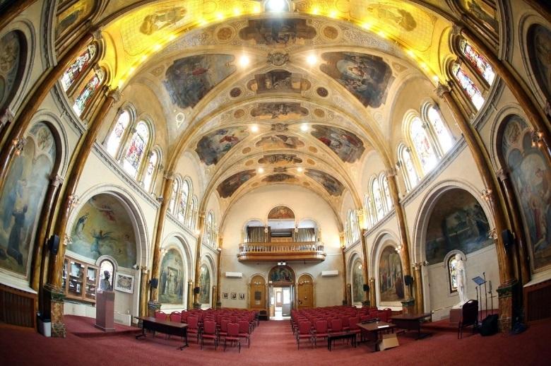 <p>BONNE R&Eacute;PONSE<br />4) Une chapelle.<br /><br />La construction de la chapelle de style romano-gothique a d&eacute;but&eacute; en 1912 sous les travaux de l&rsquo;architecte Charles Bernier. Elle contient une nef de 65 pieds de longueur, partag&eacute;e en trois trav&eacute;es. La premi&egrave;re b&eacute;n&eacute;diction eut lieu le 8 septembre 1913, alors qu&rsquo;aucune d&eacute;coration n&rsquo;est encore &eacute;labor&eacute;e dans la chapelle qui porte le nom de Saint-Tharcisius. Il faudra attendre quatre ans avant le d&eacute;but des travaux de d&eacute;coration.<br /><br />Sa conception, quant &agrave; elle, a n&eacute;cessit&eacute; sept ans, et est l&rsquo;&oelig;uvre des c&eacute;l&egrave;bres artistes Toussaint-X&eacute;nophon Renaud et Georges Delfosse. Elle figure parmi l&rsquo;une des plus belles chapelles au pays, notamment en raison de la qualit&eacute; des &oelig;uvres d&rsquo;arts qui s&rsquo;y trouvent. On y observe d&rsquo;ailleurs le buste du p&egrave;re Eymard, sculpt&eacute; par Auguste Rodin.<br />Elle fut restaur&eacute;e en 2007.<br /><br />Aujourd&rsquo;hui, elle est le lieu de nombreux &eacute;v&eacute;nements tels que des concerts, des mariages et des conf&eacute;rences, entre autres.</p>