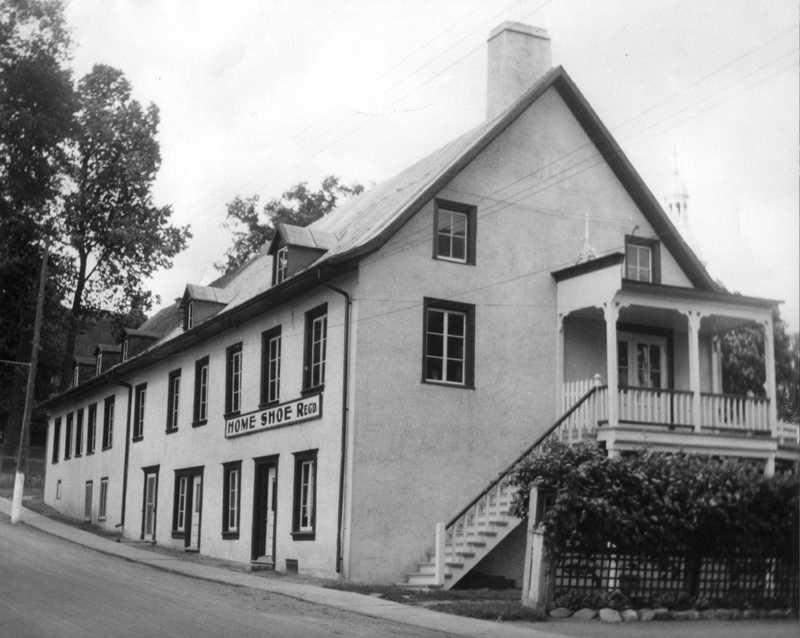 <p>La maison Delorme-Bouc est construite en 1741 par Fran&ccedil;ois Simon dit Delorme. Construite en pierre, elle ne fait d&rsquo;abord que la moiti&eacute; de sa grandeur actuelle, occupant la portion nord de l&rsquo;&eacute;difice. Ce n&rsquo;est qu&rsquo;en 1795 qu&rsquo;elle est agrandie pour obtenir sa taille actuelle par Charles-Baptiste Bouc. En 1830, une partie de la maison est transform&eacute;e en manufacture de chapeaux, la manufacture Abner Bagg.<br /><br />En 1835, Simon et John Fraser (notaire) de Terrebonne ach&egrave;tent l&rsquo;&eacute;difice.&nbsp; John y &eacute;tabli sa maison dans la partie nord, tout en louant la partie sud &agrave; des fins de palais de justice pour le comt&eacute; de Terrebonne. Le conseil municipal de Terrebonne y si&egrave;ge &eacute;galement de d&eacute;cembre 1922 &agrave; 1931.<br /><br />En 1932, Fernand Poitras fonde la &laquo; Home Shoe &raquo;, une manufacture de chaussures, offrant ainsi des emplois aux Terrebonniens pendant pr&egrave;s cinquante ans. En 1949, elle est victime d&rsquo;un incendie et subit quelques modifications lors de sa reconstruction.<br /><br />En 1976, elle ferme ses portes en raison du march&eacute; d&eacute;favorable de la chaussure au pays. L&rsquo;&eacute;difice est restaur&eacute; en 1989 pour lui redonner son aspect d&rsquo;antan. Aujourd&rsquo;hui, des lofts et des commerces logent dans l&rsquo;&eacute;difice.</p>