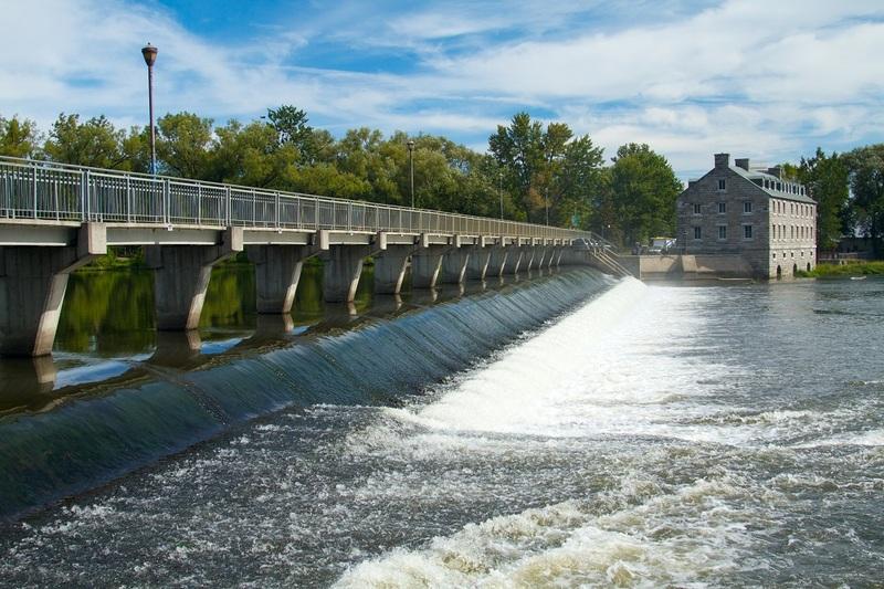 <p>BONNE R&Eacute;PONSE<br />2) Parce que la faiblesse de l&rsquo;&eacute;cluse augmentait les risques d&rsquo;inondations.<br /><br />Le propri&eacute;taire de l&rsquo;&Icirc;le-des-Moulins dynamite le barrage en raison des risques d&rsquo;inondations; du moins c&rsquo;est la version officielle, mais en toile de fond, il existe une longue n&eacute;gociation entre lui et la Ville concernant l&rsquo;acquisition de l&rsquo;&Icirc;le qui tra&icirc;ne en longueur, et le propri&eacute;taire use ici d&rsquo;un certain moyen de pression!<br /><br />Pour r&eacute;pondre &agrave; la toute derni&egrave;re question, vous aurez besoin de vous d&eacute;placer &agrave; travers l&rsquo;&Icirc;le-des-Moulins. N&rsquo;h&eacute;sitez pas &agrave; emprunter les sentiers qui vous permettent de vous rendre jusqu&rsquo;au deuxi&egrave;me barrage. Ouvrez bien les yeux!</p>