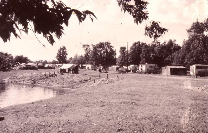 <p>Par la suite, l&rsquo;&Icirc;le connait un lent d&eacute;clin. Les b&acirc;timents ne sont gu&egrave;re entretenus et l&rsquo;endroit se vide. En 1955, le propri&eacute;taire de l&rsquo;&Icirc;le, Louis-Armand Dufour, am&eacute;nage un lac artificiel au centre dans le but d&rsquo;y entretenir une pisciculture. Le lac artificiel se transforme en plage et un terrain de camping en &eacute;merge. Lors de l&rsquo;Expo de 1967, plusieurs h&eacute;bergeurs viennent s&rsquo;y installer et l&rsquo;endroit devient un parc de maisons mobiles. Les monuments n&rsquo;&eacute;chappent pas &agrave; la vague d&rsquo;h&eacute;bergement. La boulangerie h&eacute;berge une boite &agrave; chansons et le bureau seigneurial est utilis&eacute; comme logis.<br /><br />En 1973, la Ville de Terrebonne tente d&rsquo;acheter l&rsquo;&Icirc;le dans le but d&rsquo;en faire le site historique que l&rsquo;on connait aujourd&rsquo;hui, mais l&rsquo;opposition de la population l&rsquo;emp&ecirc;che d&rsquo;atteindre ses fins. Toutefois, le d&eacute;put&eacute; provincial Denis Hardy, &eacute;galement ministre des Affaires culturelles, parvient en 1974 &agrave; acqu&eacute;rir l&rsquo;&Icirc;le et ses &eacute;difices, qu&rsquo;il avait fait classer en tant que &laquo; monument historique &raquo; l&rsquo;ann&eacute;e pr&eacute;c&eacute;dente.<br /><br />L&rsquo;opposition acharn&eacute;e des r&eacute;sidents du parc de maisons mobiles situ&eacute; dans l&rsquo;&Icirc;le ne parvient pas &agrave; freiner le projet. D&rsquo;ailleurs, plusieurs d&rsquo;entre eux seront relocalis&eacute;s &agrave; La Plaine.<br /><br />Aujourd&rsquo;hui, l&rsquo;&Icirc;le-des-Moulins est un des lieux vibrants du Vieux-Terrebonne. La biblioth&egrave;que municipale se trouve dans une partie des fondations du moulin &agrave; farine et du moulin &agrave; scie. On peut d&rsquo;ailleurs y apercevoir une partie des m&eacute;canismes de l&rsquo;&eacute;poque. Le Moulin Neuf quant &agrave; lui accueille la salle du Moulinet, o&ugr