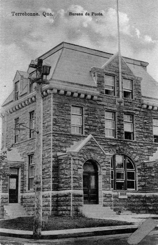 <p>L&rsquo;ancien bureau de poste de Terrebonne &eacute;tait situ&eacute; dans la salle du conseil actuelle, soit celle qui se trouve au coin de la rue o&ugrave; vous vous trouvez Le premier bureau de poste est ouvert par Edward Lane en 1819, mais il passe aux mains de John Mackenzie en 1822. Il est alors situ&eacute; dans la Maison Oldham, que vous d&eacute;couvrirez plus loin. Ce bureau de poste est dirig&eacute; par John Mackenzie jusqu&rsquo;en 1871, puis par son fils Arthur jusqu&rsquo;en 1881.<br /><br />Par la suite, le bureau de poste est d&eacute;plac&eacute; chez J.-S. Archambault, jusqu&rsquo;en 1897, o&ugrave; il loge dans le commerce de Rodrigue Deschambault, au coin des rues Saint-Pierre et Sainte-Marie (stationnement actuel).<br /><br />Le premier &eacute;difice gouvernemental servant au bureau de poste est construit en 1905, &agrave; l&rsquo;intersection des rues Saint-Pierre et Saint-Andr&eacute;. Mais comme la majorit&eacute; des &eacute;difices se trouvant au sud de la rue Saint-Pierre, il est d&eacute;truit par les flammes de 1922.<br /><br />Il est reconstruit en parement de briques d&egrave;s l&rsquo;ann&eacute;e suivante et y maintient ses op&eacute;rations jusqu&rsquo;en 1967, o&ugrave; il est relocalis&eacute; dans un nouveau quartier, au nord de la ville. La biblioth&egrave;que municipale y est am&eacute;nag&eacute;e de 1971 &agrave; 1985. Aujourd&rsquo;hui, l&rsquo;ancien bureau de poste h&eacute;berge la salle du conseil municipal de Terrebonne.<br /><br />Dirigez-vous maintenant en direction de l&#39;Est, entre les rues Saint-Andr&eacute; et Saint-Joseph &agrave; l&rsquo;adresse 721, rue Saint-Pierre. Il s&rsquo;agit de la &laquo; Maison au miracle &raquo;&nbsp; mentionn&eacute;e lors de l&rsquo;incendie du 1er d&eacute;cembre 1922.</p>