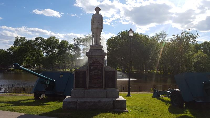 <p>Le monument des Braves de Terrebonne est &eacute;rig&eacute; le 24 juin 1922, lors des festivit&eacute;s de la Saint-Jean-Baptiste. Il est d&eacute;di&eacute; &agrave; tous les Terrebonniens ayant perdu la vie lors de la Premi&egrave;re Guerre mondiale. Plusieurs personnalit&eacute;s importantes de l&rsquo;&eacute;poque se trouvent sur place le jour de l&rsquo;inauguration, telles que l&rsquo;honorable Athanase David, d&eacute;put&eacute; provincial, ainsi que le lieutenant-colonel De Lanaudi&egrave;re.&nbsp; Au cours des d&eacute;cennies, les noms des soldats disparus lors de la Seconde Guerre mondiale, puis de la Guerre de Cor&eacute;e sont rajout&eacute;s.<br /><br />Le monument repr&eacute;sente un soldat au repos. L&rsquo;&oelig;uvre est du sculpteur terrebonnien J-P. Laurin. Au pied de la statue sont inscrits les noms des Terrebonniens tu&eacute;s lors de ces trois guerres, ainsi que ceux qui y sont revenus vivants. On y retrouve &eacute;galement une &eacute;num&eacute;ration des villes o&ugrave; les plus grandes batailles se d&eacute;roul&egrave;rent pour les Canadiens lors de la Premi&egrave;re Guerre mondiale.<br /><br />&Agrave; l&rsquo;origine, la statue &eacute;tait install&eacute;e au coin de la rue Saint-Pierre et du boulevard des Braves, mais elle fut d&eacute;plac&eacute;e un peu plus haut vers le parc Masson en 1960 afin de maximiser sa visibilit&eacute;. Deux canons ont &eacute;t&eacute; rajout&eacute;s &agrave; ce moment, afin de donner plus de contenance au monument, tout en repr&eacute;sentant les protecteurs de la ville.<br /><br />Vandalis&eacute;e en ao&ucirc;t 2006, la sculpture du soldat inconnu est r&eacute;install&eacute;e en octobre de la m&ecirc;me ann&eacute;e, sur&eacute;lev&eacute;e d&rsquo;une base pour renforcer sa solidit&eacute;.</p>