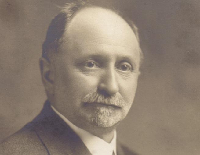 <p>Ernest-S&eacute;raphin Mathieu est un personnage important du Vieux-Terrebonne en tant que douzi&egrave;me maire de la ville de 1905 &agrave; 1916, mais aussi pour les nombreux d&eacute;veloppements qui lui sont attribu&eacute;s. N&eacute; le 2 d&eacute;cembre 1861 &agrave; Lachenaie, Ernest-S&eacute;raphin provient d&rsquo;une grande famille de notables de la r&eacute;gion. En 1887, apr&egrave;s des &eacute;tudes classiques chez les Sulpiciens du Coll&egrave;ge de Montr&eacute;al et des &eacute;tudes en droit dans le pavillon montr&eacute;alais de l&rsquo;Universit&eacute; Laval, il revient dans sa r&eacute;gion et s&rsquo;installe &agrave; Terrebonne comme notaire de la ville.<br /><br />D&egrave;s l&rsquo;ann&eacute;e suivante, il est nomm&eacute; secr&eacute;taire-tr&eacute;sorier de Terrebonne et devient pr&eacute;sident de la Commission scolaire pendant une dizaine d&rsquo;ann&eacute;es. Il agit &eacute;galement en tant que pr&ecirc;teur aupr&egrave;s des Terrebonniens, puis deviendra g&eacute;rant de la succursale locale de la Banque Provinciale.<br /><br />Il est &eacute;galement le fondateur de la Compagnie d&rsquo;&eacute;clairage &eacute;lectrique de Terrebonne, le fondateur de la Globe Shoe &ndash; une usine de chaussures situ&eacute;e sur la rue Chapleau qui a malheureusement fait faillite au bout de quelques ann&eacute;es, le pr&eacute;sident du Club de Terrebonne, un membre du Canadien Club de Montr&eacute;al, en plus de se d&eacute;vouer &agrave; plusieurs causes sociales et philanthropiques.<br /><br />En 1890, il se marie avec Marie Leblanc avec qui il aura dix enfants, dont seulement deux atteindront l&rsquo;&acirc;ge adulte. Bien qu&rsquo;il touche &agrave; plusieurs domaines, le droit reste son m&eacute;tier principal et ce, jusqu&rsquo;&agrave; la fin de ses jours.<br /><br />Sa maison, de style N&eacute;o-Queen Ann (inspiration victorienne), est construite vers 1907; l&rsquo;architecture imposante de la maison et sa proximit&eacute; avec l&