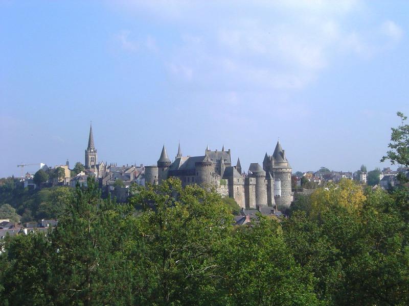 <p>BONNE R&Eacute;PONSE<br />1) En l&rsquo;honneur d&rsquo;une ville de France.<br /><br />Depuis 1983, il existe un jumelage entre les villes de Terrebonne et de Vitr&eacute; (Bretagne), en France. Pour souligner les similitudes entre ces deux communaut&eacute;s, les r&eacute;sidents de Terrebonne et de Vitr&eacute; se rendent visite et soudent des liens.<br /><br />Ce parc fut renomm&eacute; parc &laquo; Les Jardins Vitr&eacute; &raquo; en l&rsquo;honneur du 25e anniversaire du jumelage entre ces deux villes.<br /><br />&nbsp;</p>
