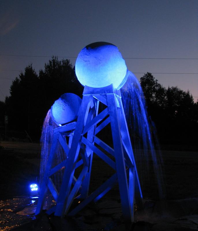 <p>La fontaine est illumin&eacute;e d&rsquo;un &eacute;clairage bleut&eacute;, soulignant avec fiert&eacute; l&rsquo;affiliation de Preissac &agrave; la d&eacute;marche Culturat.<br /><br />AQUATERRA La terre et l&rsquo;eau en parfaite harmonie<br /><br />Artiste : M. Denis Michaud, sculpteur<br />Septembre 2015</p>