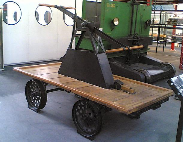 <p>La municipalit&eacute; s&rsquo;est d&eacute;velopp&eacute;e autour du chemin de fer entre 1911 et 1918.&nbsp; En rappel de cette &eacute;poque et de l&rsquo;importance que la voie ferroviaire a eue dans la vie des Tr&eacute;cessonniens et du Camp Spirit Lake, une draisine borde la fontaine.<br /><br />La draisine &eacute;tait utilis&eacute;e fr&eacute;quemment, au d&eacute;but du 20e si&egrave;cle, pour l&rsquo;inspection des lignes ferroviaires, le transport du mat&eacute;riel et du personnel de maintenance. Elle servait &eacute;galement, &agrave; l&rsquo;occasion, au d&eacute;placement des gens.</p>