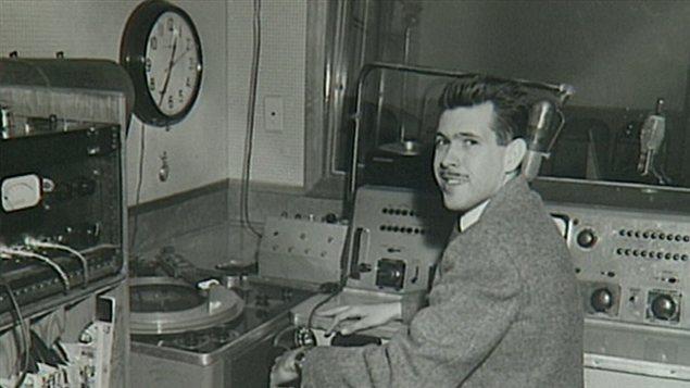 L'animateur Jacques Mayol dans le premier studio de CHFA.