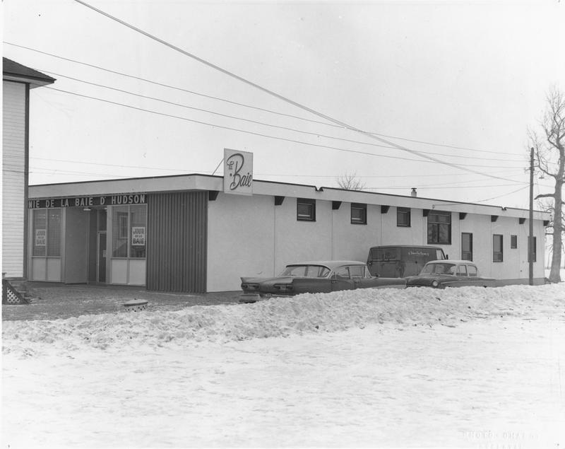 On construit en 1965, un nouveau bâtiment rappelant le tout premier. Celui à deux étages est en opération durant la construction de ce magasin. Cet édifice est toujours présent à Mashteuiatsh, mais ses jours son comptés.
