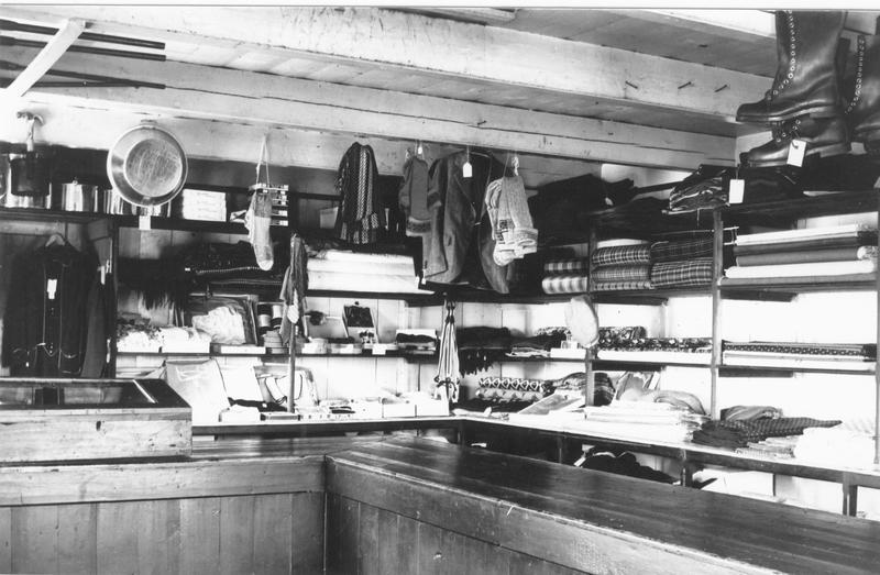 <p>Le magasin offrait non seulement des objets pour les trappeurs et chasseurs mais aussi, ce qui &eacute;tait utile &agrave; la vie dans la communaut&eacute;. Il en fut ainsi jusqu&#39; &agrave; sa fermeture en 1980 apr&egrave;s 115 ans d&#39;op&eacute;ration &agrave; Pointe-Bleue.</p>