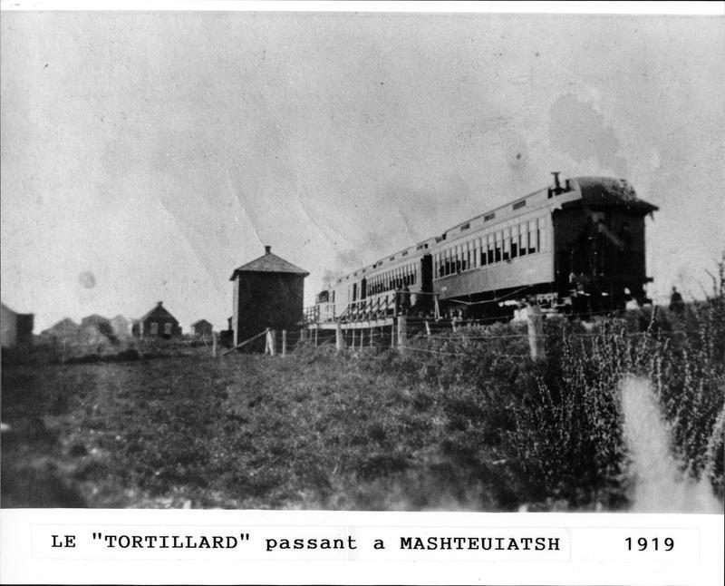 <p>La voie ferr&eacute;e aura un impact majeur sur le paysage dans la communaut&eacute;. d&eacute;j&agrave; s&eacute;par&eacute;e en deux par la route, elle le sera en trois par la voie ferr&eacute;e. Le train le Tortillard, passant &agrave; Pointe-Bleue en 1919.</p>