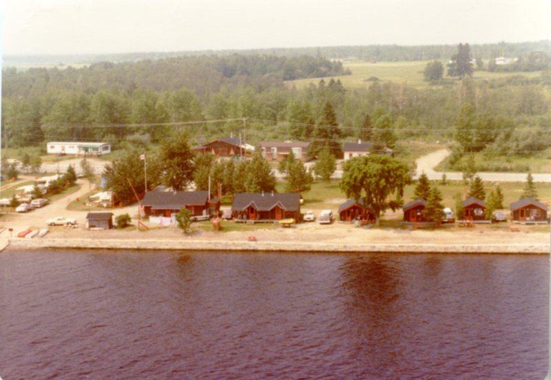 Site de camping de la Plume Blanche situé exactement là où se trouve le Carrefour d'accueil Ilnu et le Site Uashassihtsh, aujourd'hui lieu de rencontre et d'échanges culturels.