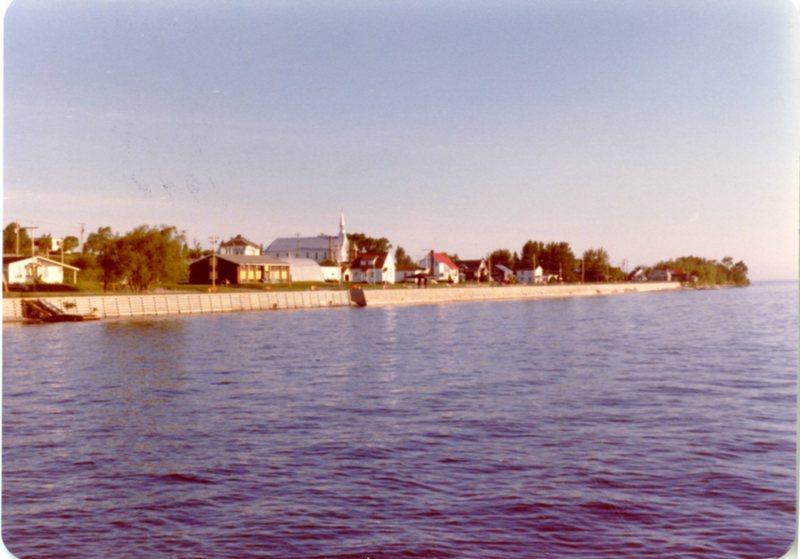 La bodure face au Conseil de bande vue du lac avant les tipis en 1979.