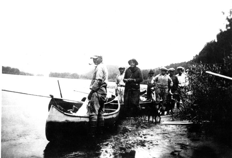 Les familles se déplacent par les chemins d'eau pour rejoindre les territoires de chasse ou se rassembler dans la communauté en été.