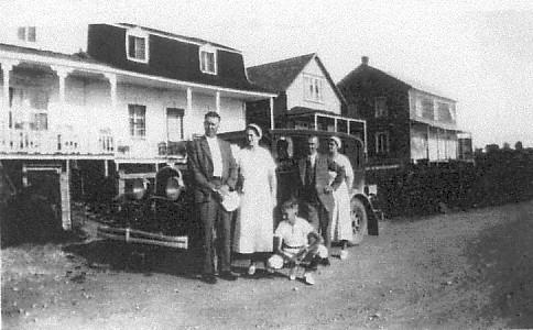 La maison de la Famille Robertson a oeuvré dans le commerce des fourrures sur plus de six générations et ça continue. La bâtisse a subit plusieurs transformations pour en arriver maintenant en une superbe Auberge pour les touristes.