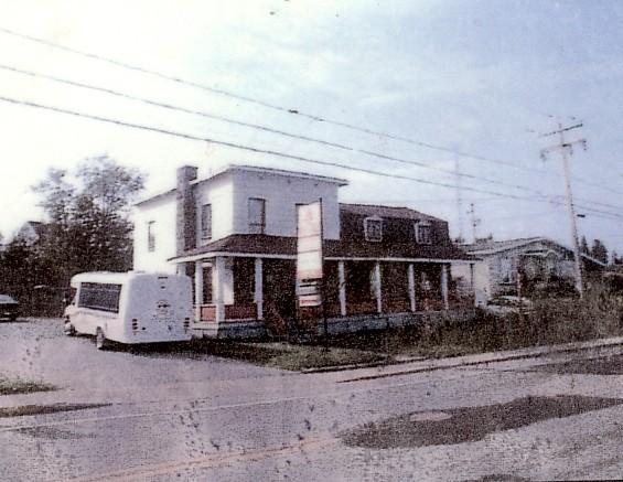 La maison s'est agrandi graduellement afin de s'adapter aux différentes utilisations. il fut un temps où il y avait même un élevage de visons à l'arrière de la maison.